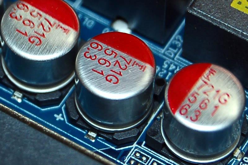 固体コンデンサです。最近のマザーボードのコンデンサはみんなこれですね。